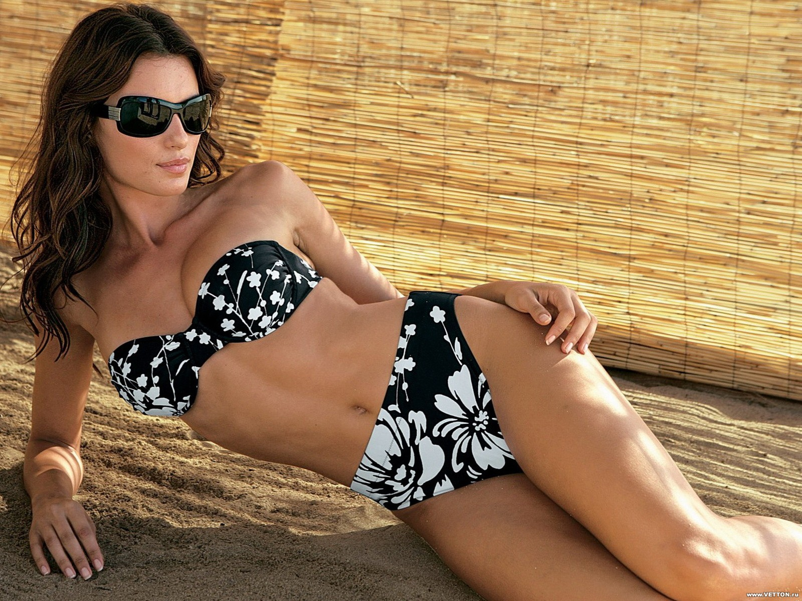 Фото девушек на пляже в очках 20 фотография